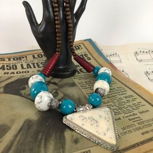 Jewelry - Big chunky vintage necklace with pendan